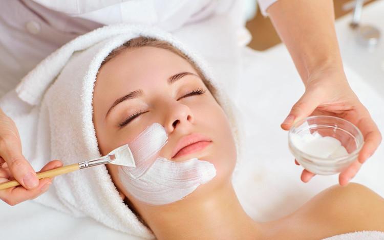 Kosmetikbehandlung-Frauen-Augenbrauenkorrektur